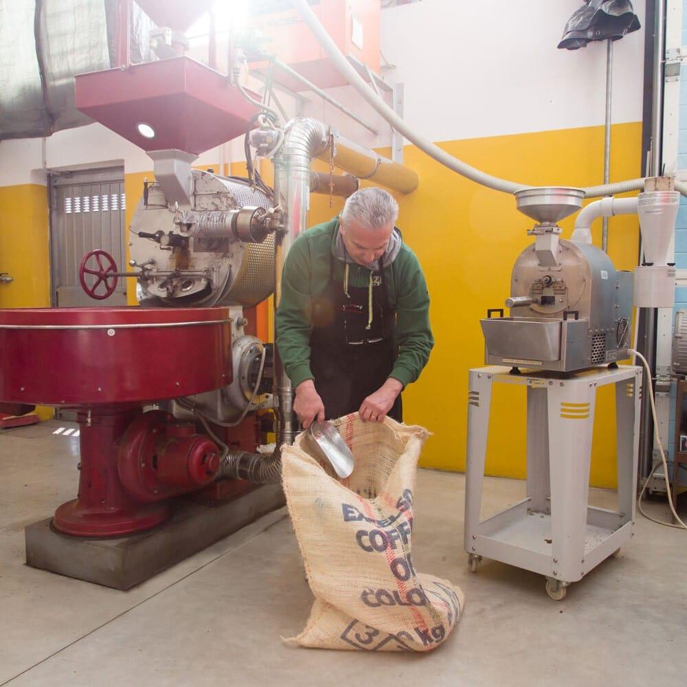 Laboratorio artigiano di torrefazione: caffè nero e raro